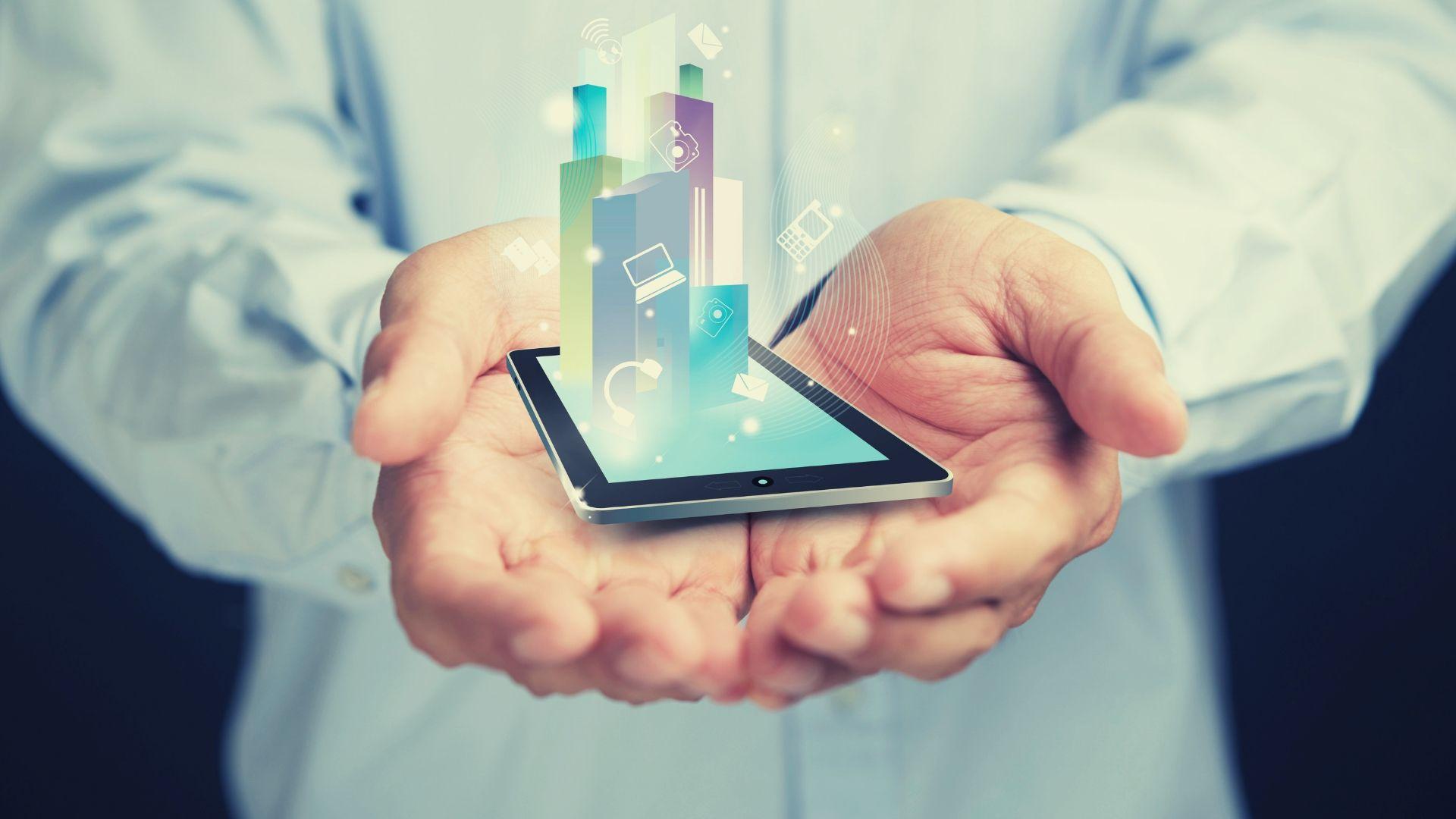 Kuvituskuva, jossa kämmenet pitelevät älypuhelinta.